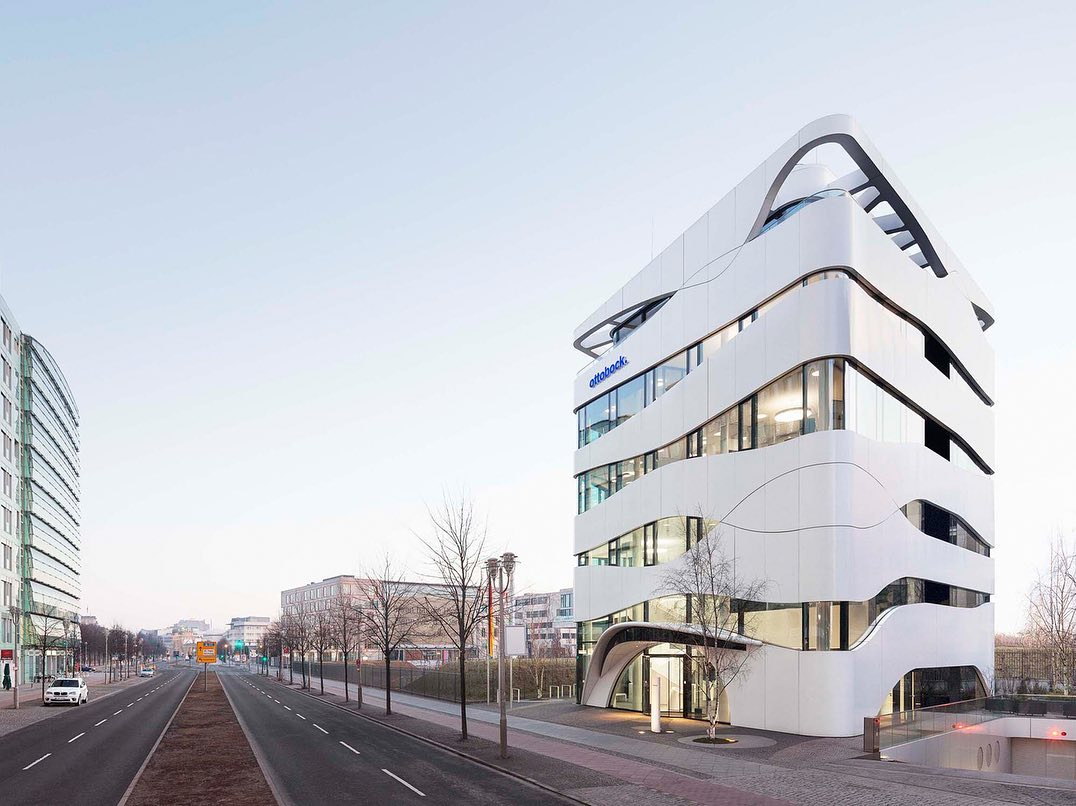 The representative office of the Ottobock medical technology company, not far from Tiergarten and Potsdamer Platz, is among the best-known modern buildings in Berlin. The white metal façade bands imitate the structure of muscle fibres and encompass the building structure in organic form.  #architecturephotography #architecture #architektur #berlinarchitecture #ottobock #sciencecenter #architecturedaily #gnädingerarchitekten